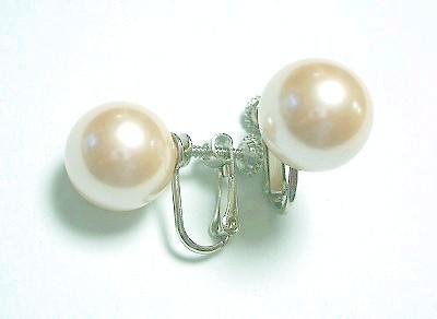 大粒人工真珠ローズクリームパールイヤリング